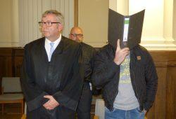 Verbarg sein Gesicht: Der Angeklagte Frank L. (36) mit seinem Anwalt Malte Heise. Foto: Lucas Böhme