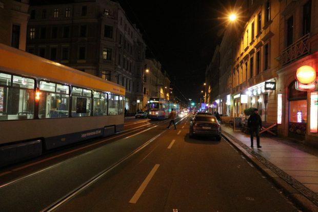 Geparkte Autos, Bahnstau und Fußgänger kurz nach dem Unfall. Foto: L-IZ.de