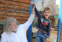 Buchkind Raphael hat's geschafft! Hier mit Ralph Uwe Lange, dem pädagogischen Leiter des Freundeskreises Buchkinder e.V.. Foto: Julie Simon