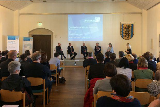 Präsentation, Podiumsdiskussion, Workshops: Der Plenarsaal von Schloss Hartenfels stand gestern ganz im Zeichen des Projekttags Demografie. Foto: Landratsamt