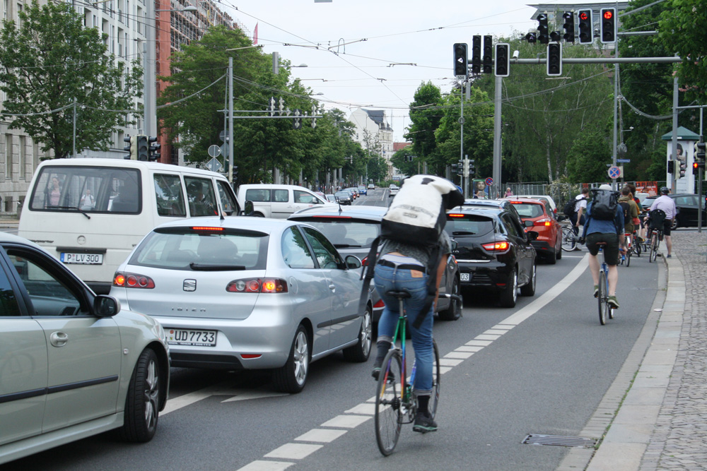Radverkehr Richtung Dresdner Straße. Foto: Ralf Julke