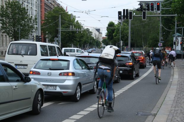 Die alltägliche Situation an der Einmündung der Dresdner Straße. Foto: Ralf Julke