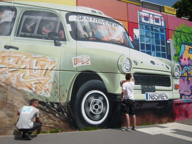 Ein Graffiti entsteht in Grünau. Foto: Frank Willberg