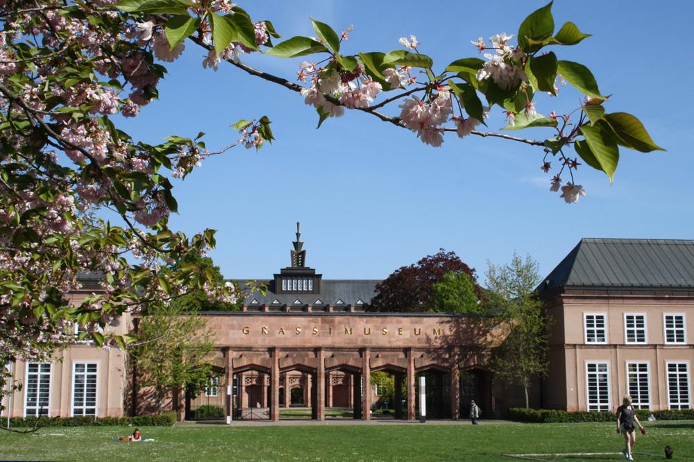 Johannisplatz mit Eingang zum Grassi-Museum. Foto: Ralf Julke