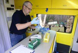 Harald Gülzow vom VSR bei Analysen im Labormobil. Foto: VSR
