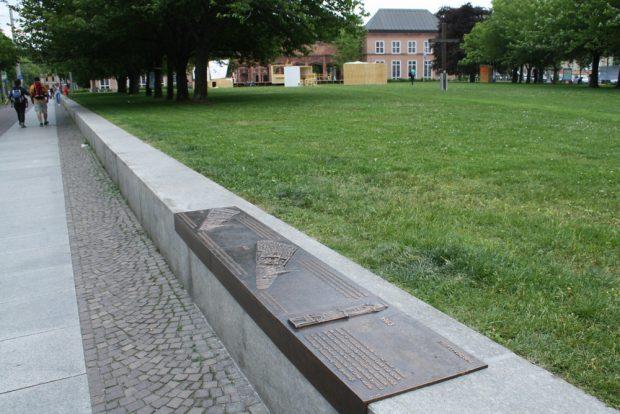 Erklärungstafeln zum Alten Johannisfriedhof auf dem Johannisplatz. Foto: Ralf Julke