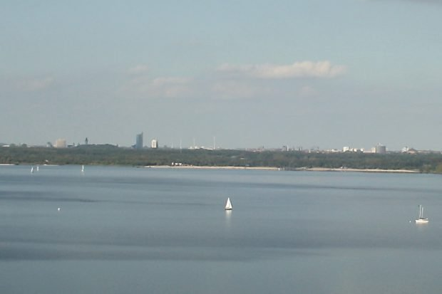 Leipzigs Skyline vom Cospudener See aus betrachtet. Foto: Ralf Julke