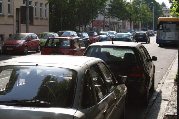 Das übliche Straßenbild: geparktes Blech. Foto: Ralf Julke