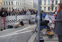 Vor dem Gebäude Humboldtstraße 2 wurden 10 Stolpersteine für die zehnköpfige Familie Affenkraut verlegt. Foto: Christian Wolff