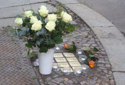 10 Kerzen wurden angezündet, weiße Rosen sowie weitere Blumen niedergelegt. Foto: Christian Wolff