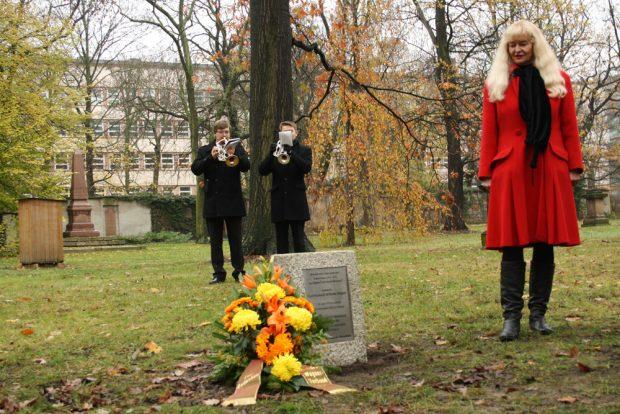 Enthüllung des Grabsteins für Richard Wagners Vater Carl Friedrich Wilhelm Wagner 2013 auf dem Alten Johannisfriedhof durch den Richard-Wagner-Verband Leipzig. Foto: Ralf Julke