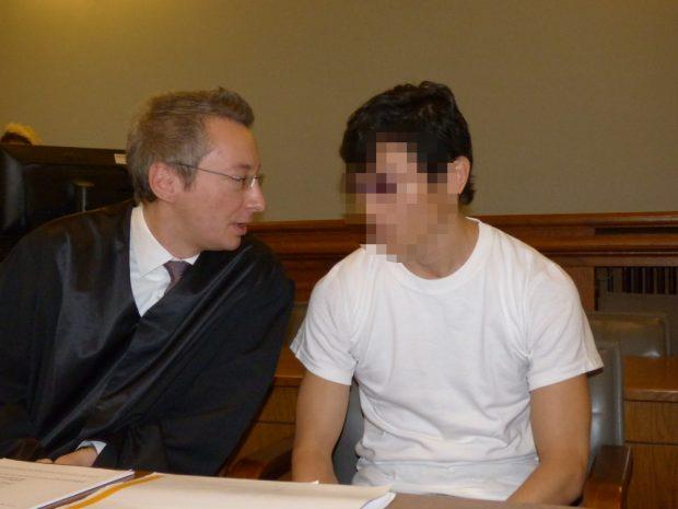 Kurz vor Prozesseröffnung: Verteidiger Stefan Wirth spricht mit seinem Mandanten Dovchin D. (r.) Foto: Lucas Böhme