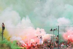 Die Fans auf dem Norddamm des AKS lieferten den Bühnennebel zum Aufstiegs-Lustspiel der BSG Chemie. Foto: Jan Kaefer