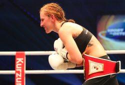 Sandra Atanassow bedankt sich nach ihrer erfolgreichen Titelverteidigung beim Leipziger Publikum. Foto: Jan Kaefer