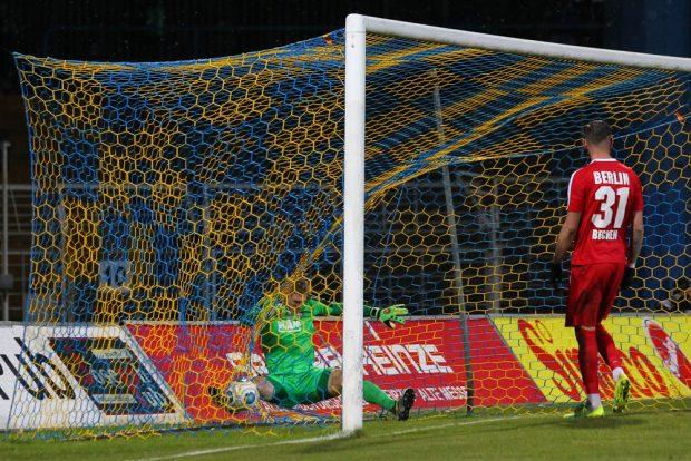 Beim 1:0 durch Djamal Ziane, landete nicht nur der Ball sondern auch BAK-Keeper Jakub Jakubov im Tor. Foto: Jan Kaefer