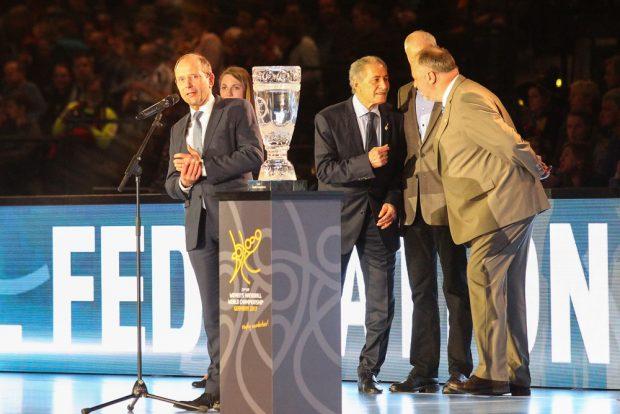 Sachsens Innenminister Markus Ulbig bei seiner Eröffnungsrede neben dem WM-Pokal. Foto: Jan Kaefer
