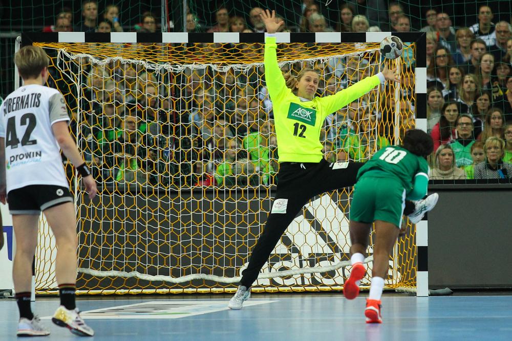 Die Ex-Leipzigerin Katja Kramarczyk pariert im Eröffnungsspiel gegen Kamerun einen Siebenmeter von Yolande Touba Byolo. Foto: Jan Kaefer