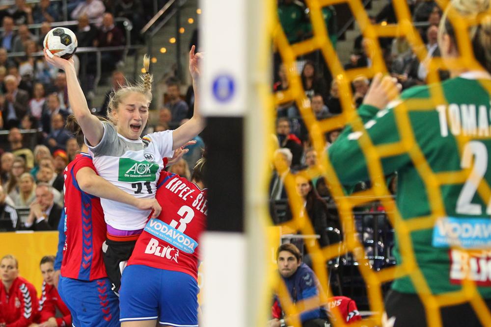 Nadja Mansson bekommt die Robustheit der serbischen Abwehr zu spüren. Foto: Jan Kaefer