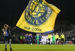 Beim Einlaufen der Teams hielt Lok Leipzig die Fahne noch hoch - nach dem Abpfiff jedoch verließen sie den Platz mit hängenden Köpfen. Foto: Jan Kaefer