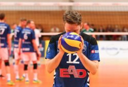 """""""Flieg in die Punkte!"""" - Martin Burgartz von den L.E. Volleys scheint den Ball regelrecht zu beschwören. Foto: Jan Kaefer"""