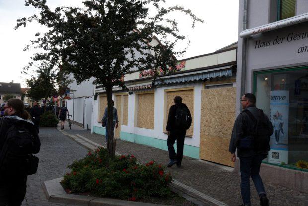 Panische Reaktionen und friedlicher Verlauf in Wurzen: Verbarrikadiertes Geschäft während der Antifa-Demo im September 2018. Foto: L-IZ.de