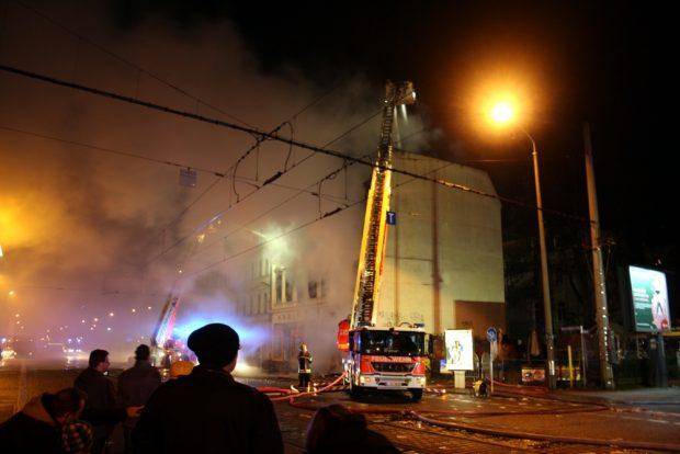 Die Feuerwehr beim Löschen des Brandes an der Sasstraße / Georg Schumann. Foto: Ralf Julke