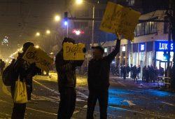 """""""Dagegen Demo"""". Im Jahr 2015/16 waren genau drei Menschen mit Schildern gegen das Versammlungsverbot unterwegs. Foto: Tim Wagner"""
