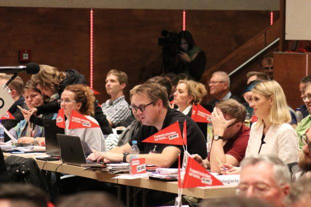 Ein Teil der Leipziger Linken-Delegierten in Chemnitz ua. mit Sören Pellmann (m.) und Franziksa Riekewald (r.). Foto: L-IZ.de
