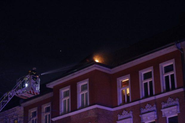 Ein Dachstuhl ist in Brand geraten. Die Feuerwehr ist schnell zur Stelle. Foto: L-IZ