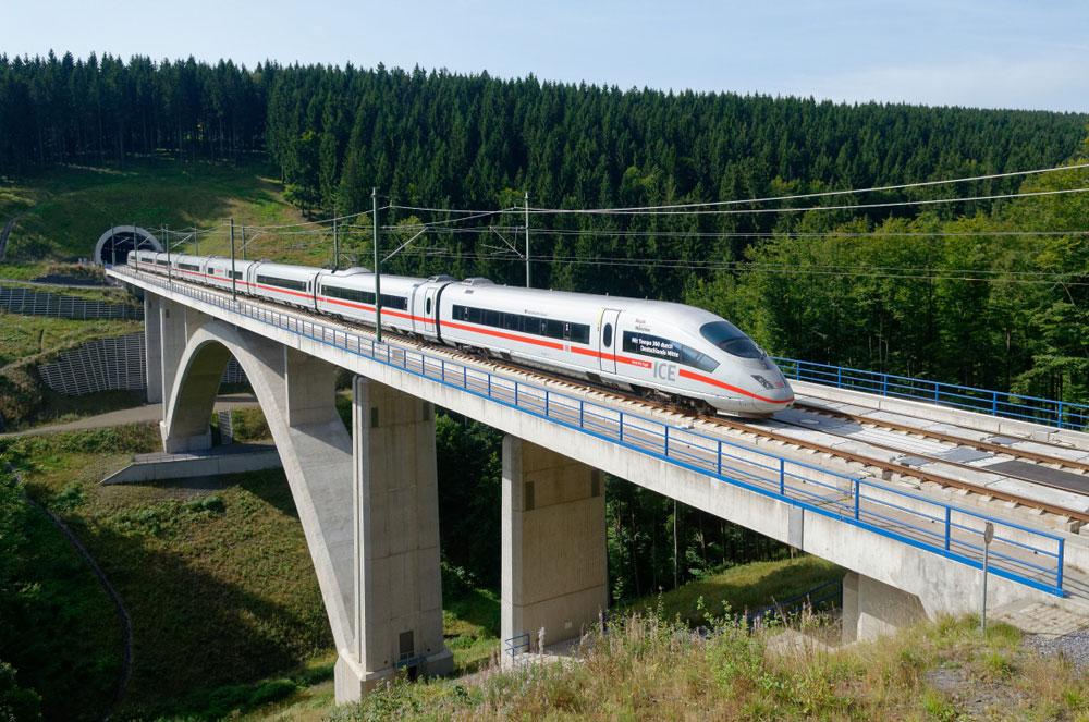 Ein ICE auf der VDE 8. Foto: Deutsche Bahn AG/Frank Barteld