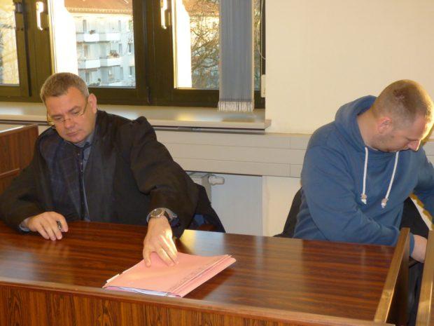 Enrico Böhm (r.) vor Prozessbeginn neben Rechtsanwalt Arndt Hohnstädter. Foto: Lucas Böhme