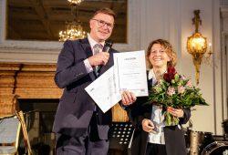 Prof. Nada Rayes erhält den FamSurg-Preis 2017 in Hamburg aus den Händen von Prof. Markus Kleemann (UKSH, Campus Lübeck). Foto: NDCH e.V.