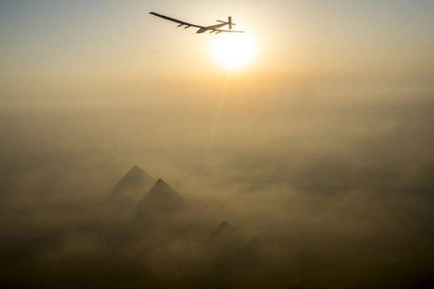 Solar Impulse beim Überflug der ägyptischen Pyramiden 2016. Foto: Solar Impulse | Revillard | Rezo.ch