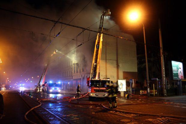Es brennt (ca. 18:15 Uhr) am Samstag, 30.12.2017 an der Georg-Schumann-Straße / Sassstraße. Foto: Ralf Julke