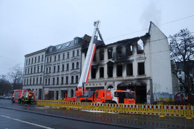 Das ausgebrannte Haus in der Georg-Schumann-Straße. Foto: Ralf Julke