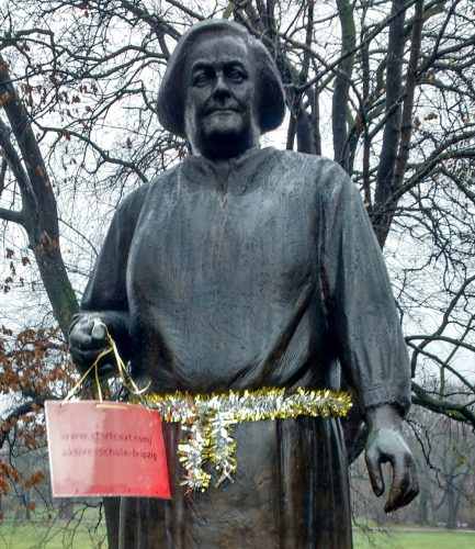 Clara-Zetkin-Denkmal mit Spendenaufruf. Foto: Aktive Schule Leipzig e.V.