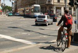 Wartender Radfahrer an der Dresdner Straße. Foto: Ralf Julke