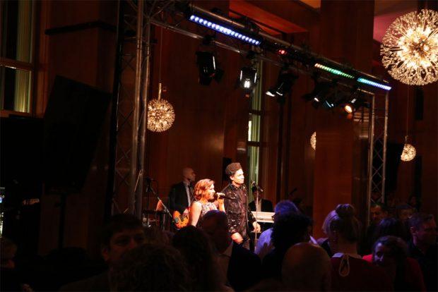 Mit alten und neuen Hits sorgt die Band JAMTONIC für Stimmung. Fotos: L-IZ.de