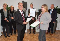 Sabine Brosowski von der Landesdirektion Sachsen überreicht dem neuen Vorstand die Stiftungsurkunde. Foto: Leipzig International School