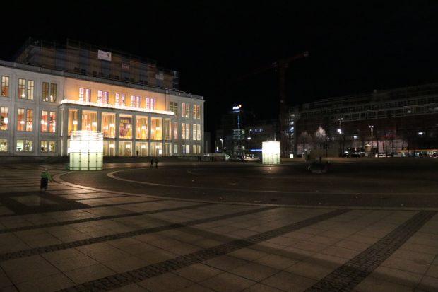 Noch herrscht gegen 19:30 Uhr gähnende Leere auf dem Augustusplatz ….