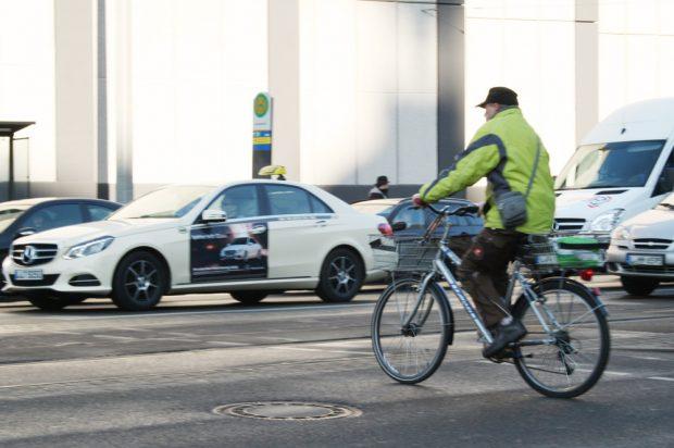 Radfahrer am Dittrichring. Foto: Ralf Julke