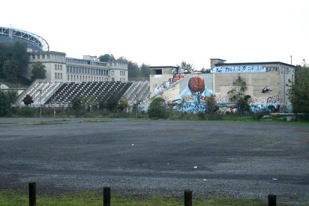 Die Nordtribüne des ehemaligen Schwimmstadions. Foto: Ralf Julke