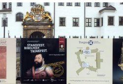 Aller guten Dinge sind drei: An der Schlossbrücke weisen Tafeln auf die Ausstellungen hin. Foto: Landratsamt