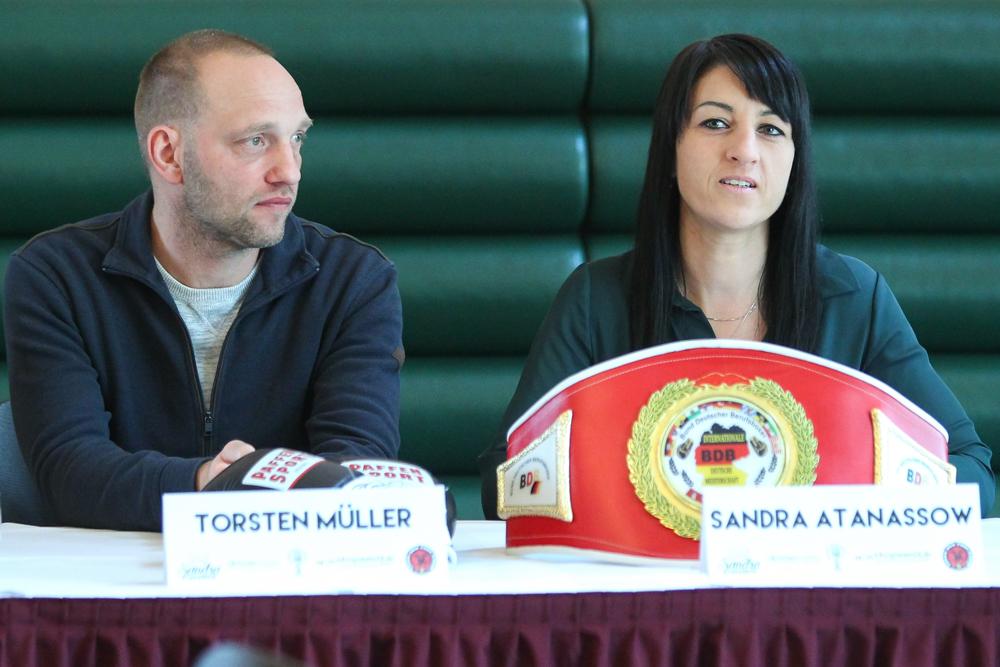 Sandra Atanassow mit Trainer Torsten Müller auf der Pressekonferenz zum WBC-Titelkampf. Foto: Jan Kaefer