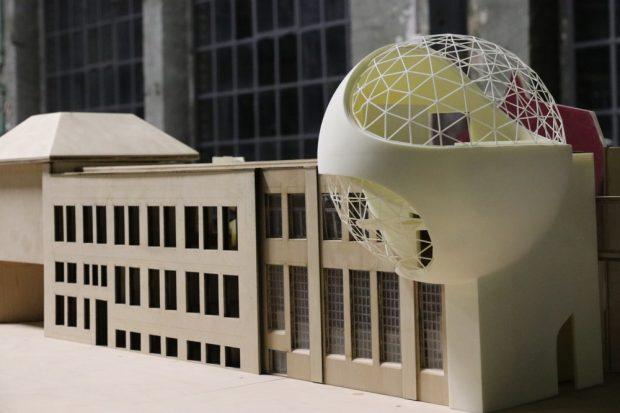 """Wie es mal aussehen soll: Das Modell der """"Niemeyer Sphere"""" in den Kirow-Werken. Foto: Michael Freitag"""
