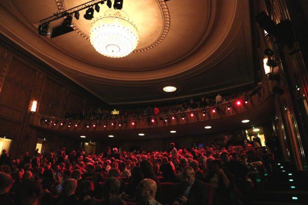 Im ausverkauften Saal des Schauspiels kurz vor dem Auftritt der Tiger Lillies. Foto: L-IZ.de
