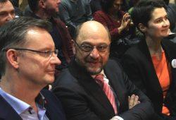 Gemeinsame Kampfzeiten und nun konträrer Kurs: Martin Schulz und Daniela Kolbe zum Wahlauftakt der Bundestagswahl 2017 in Leipzig. Links der Leipziger SPD-Kandidat Jens Katzek. Foto: L-IZ.de