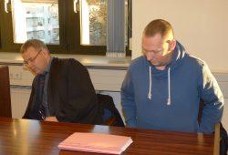 Erst nach unserer Intervention konnte dieses Bild gefertigt werden: Stadtrat Enrico Böhm (35, Ex-NPD, r.) am 18. Dezember neben seinem Verteidiger Arndt Hohnstädter im Amtsgericht Leipzig. Foto: Lucas Böhme