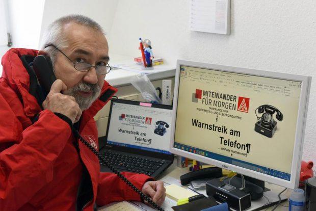 IG Metall Warnstreik am Telefon. Gewerkschaftssekretär Thomas Arnold von der IG Metall Leipzig am Telefon. Foto: Wolfgang Zeyen