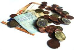 Bargeld gehört für die meisten noch immer zum Leben. Foto: Ralf Julke